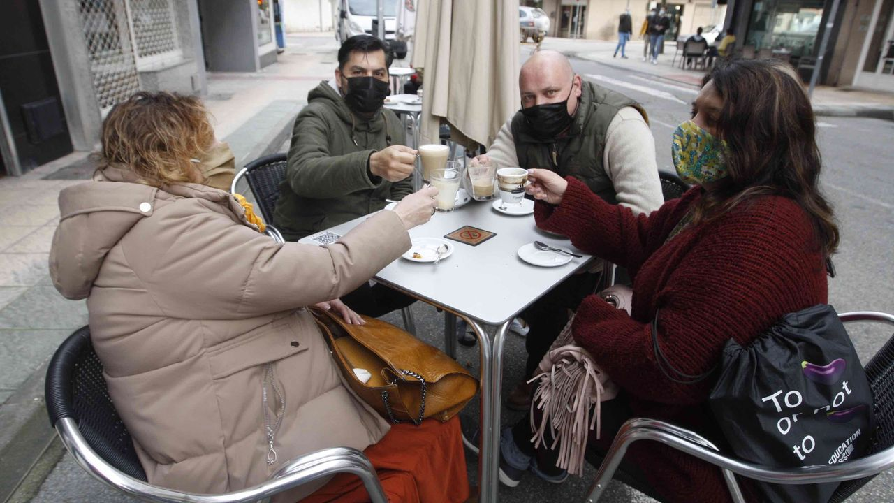 Brindis con café en una terraza de Vilagarcía