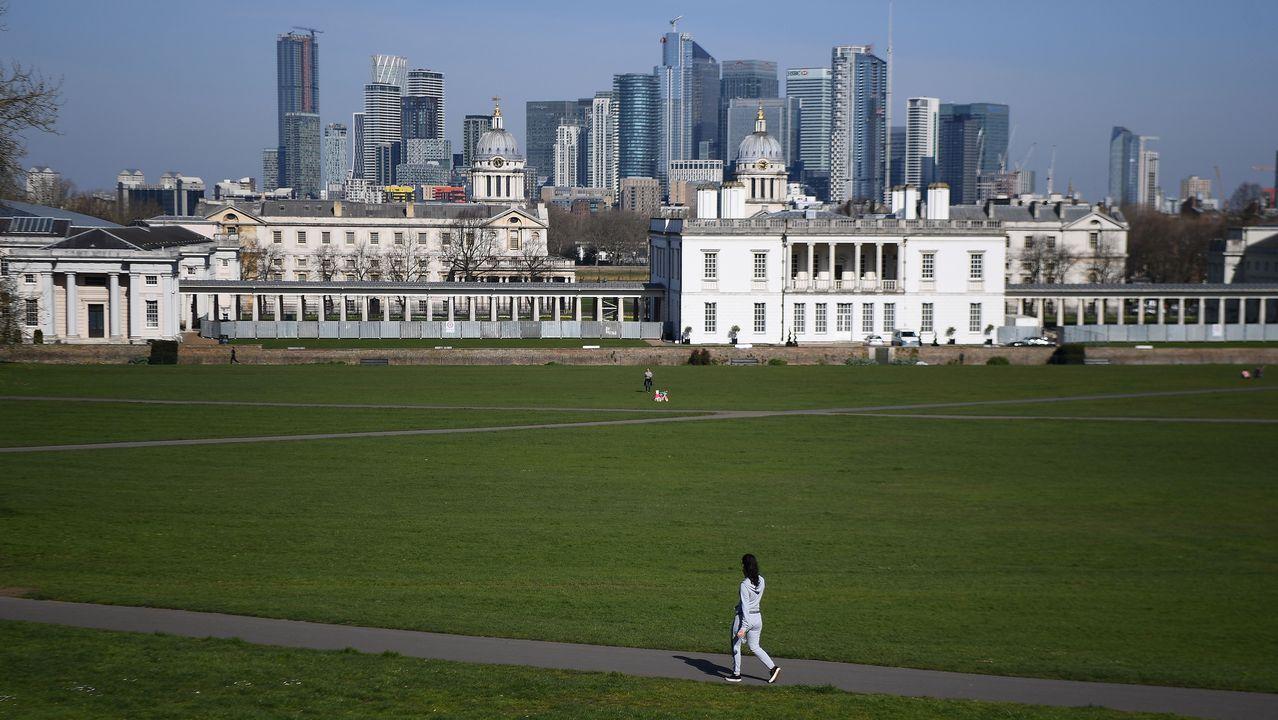 Skyline de la City de Londres, desde un parque prácticamente vacío.