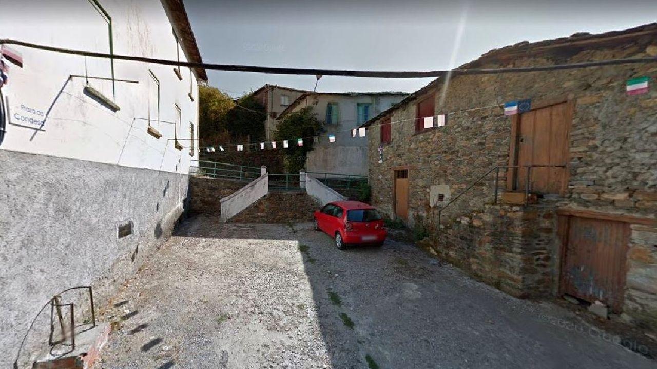 ¿Cómo podrá salir reforzado de la pandemia el sector del vino en Galicia?.El edificio que será transformado en albergue del Camino de Invierno —a la derecha— está situado en la Praza da Condesa