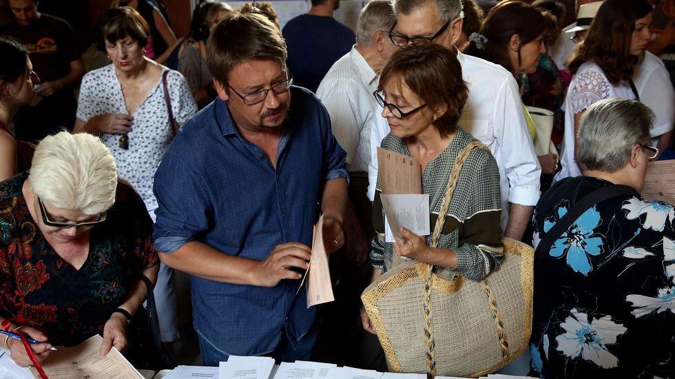 El candidato por Barcelona de En Comú Podem, Xavier Domènech, busca su papeleta en la Escuela Industrial de Barcelona.