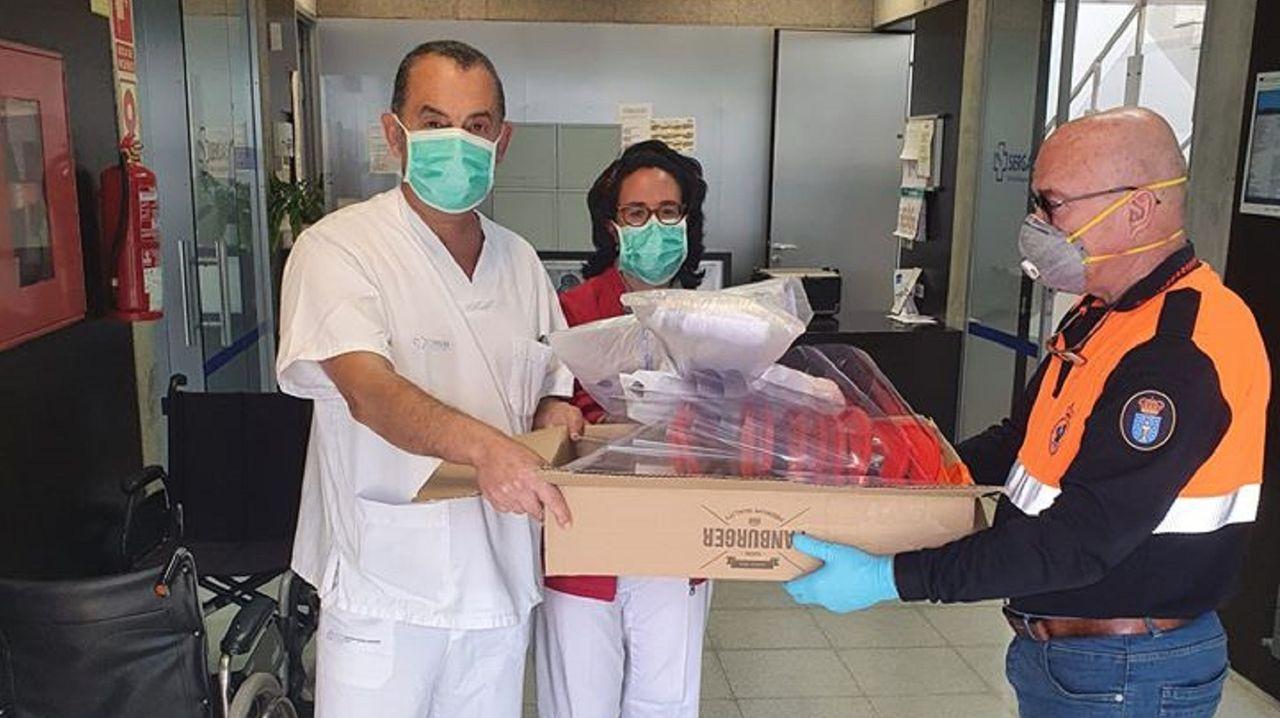 Voluntarios de Protección Civil entregan el material a los centro sociosanitarios del municipio