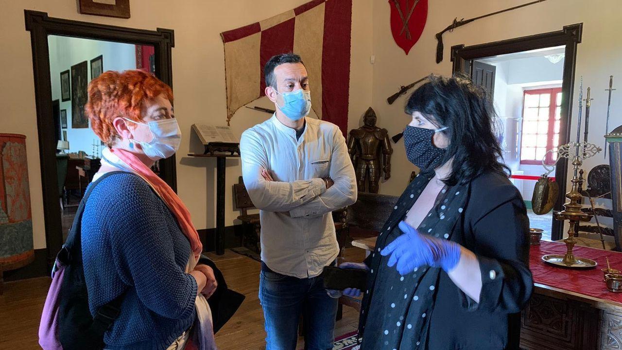La vicepresidenta de la Diputación, Maite Ferreiro (a la izquierda) visitó recientemente el pazo de Tor para estudiar las medidas de seguridad que se aplicarán en la reapertura del museo