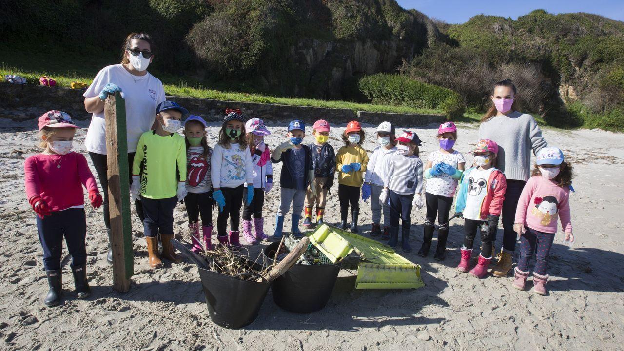 Los niños del colegio de Caión retiraron plásticos de la playa.Una de las limpiezas promovidas por Adega