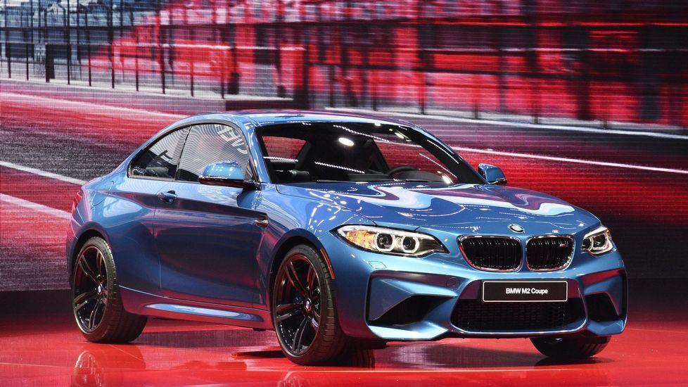 BMW M2. Es un dos puertas con grandes tomas de aire frontales y musculados pases de rueda, llantas de aleación de 19 pulgadas y doble salida de escape.