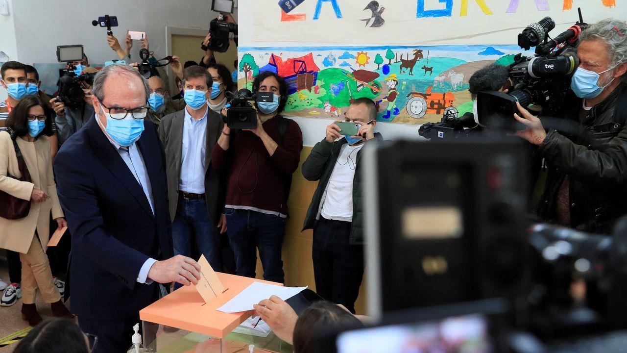 El candidato del PSOE, Ángel Gabilondo, votó en el colegio Joaquín Turina.