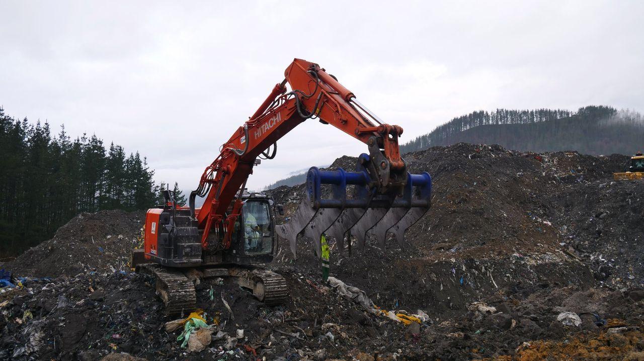 Maquinaria pesada trabaja en la búsqueda del trabajador desaparecido en el vertedero de Zaldibar, ocurrido hace un año
