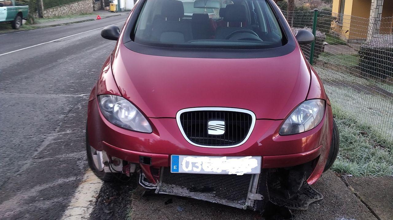 Daños en un coche que se salió de la vía el viernes en la carretera AC-144, debido al hielo