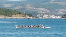 Los remeros de Esteirana, regresando a tierra con las tres ocupantes del kayak