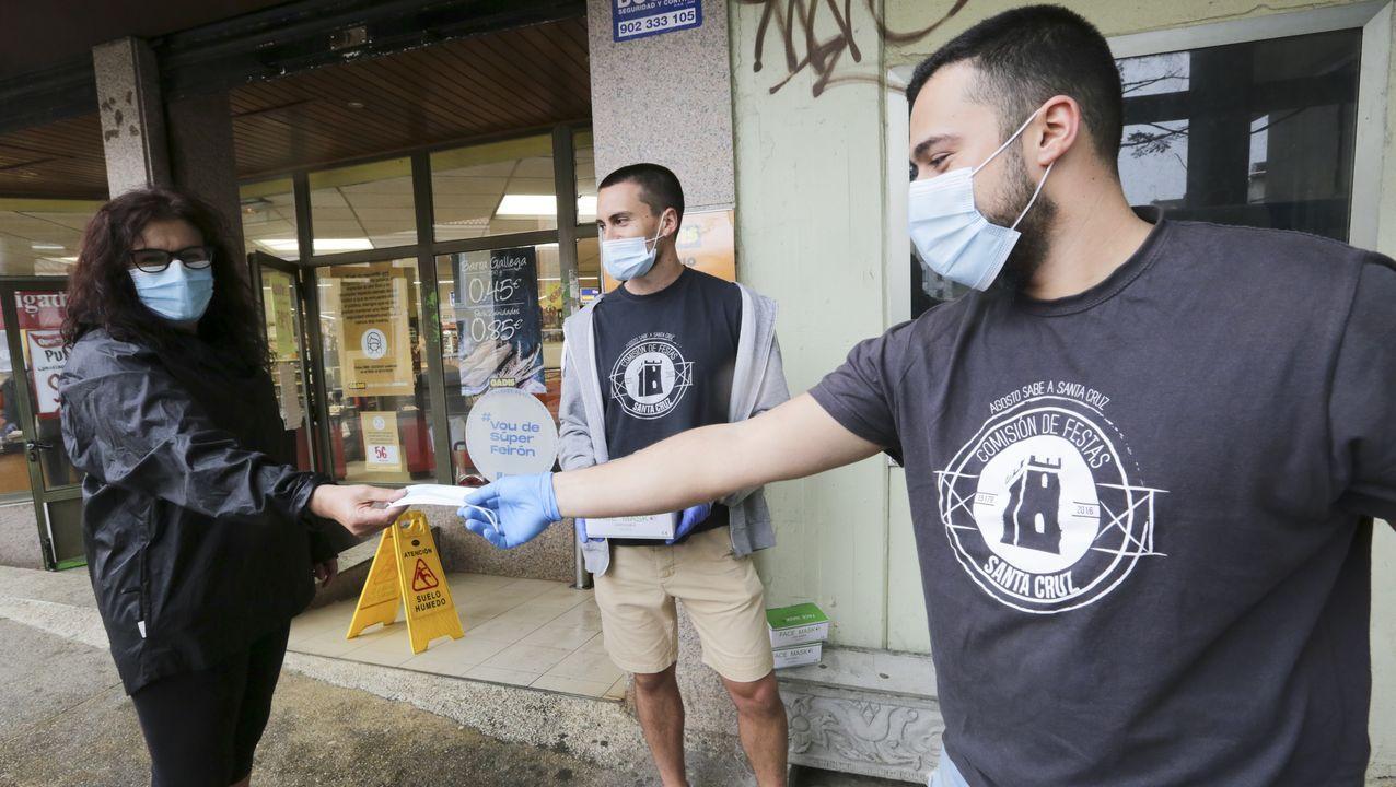Asturias mete los pies en la Fase 2.Un camarero atendiendo a una clienta en el bar A Morriña