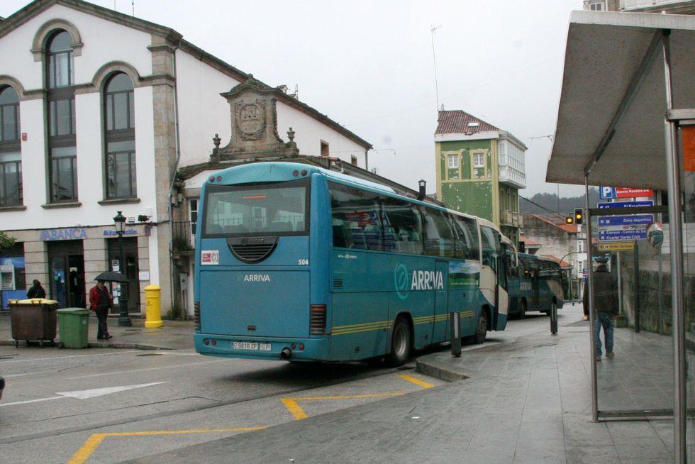 Autobús hacia A Coruña en el centro de Betanzos.
