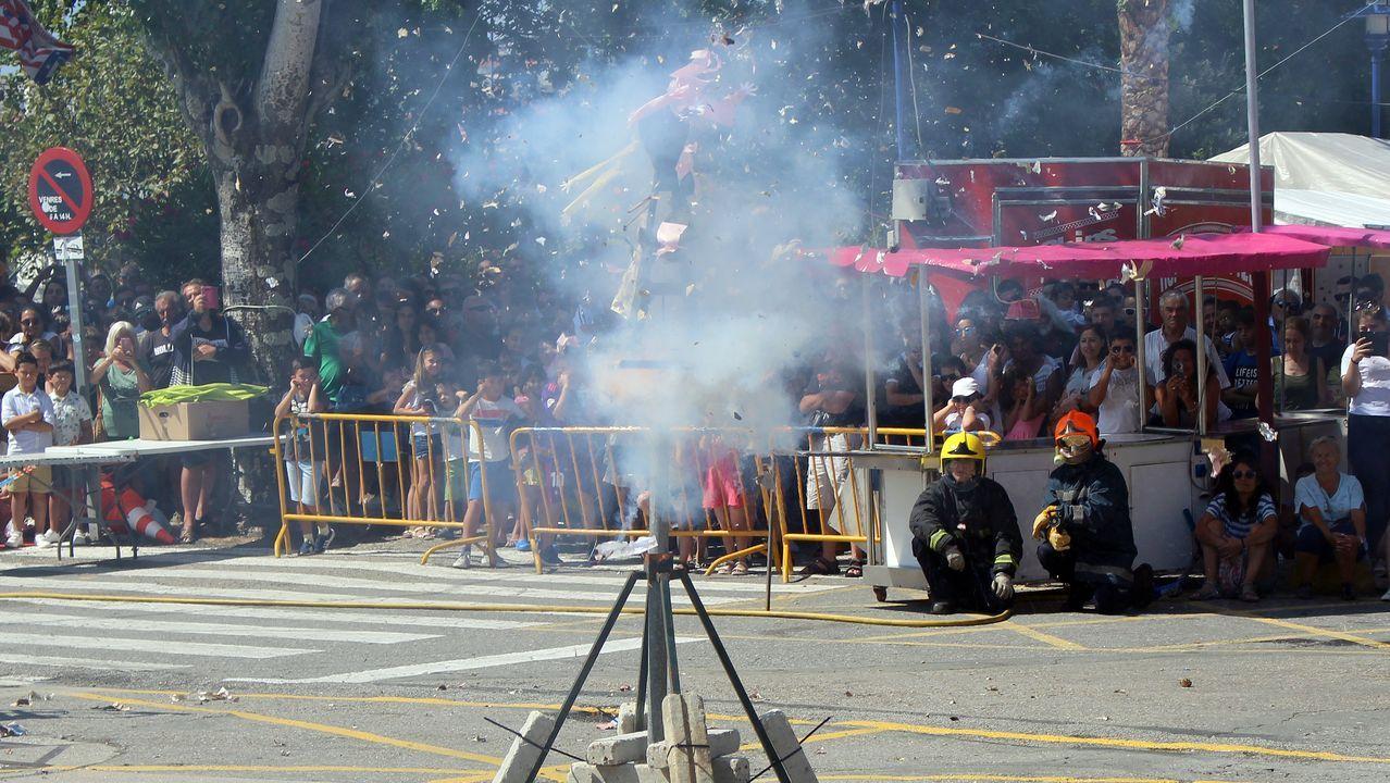 Una de las figuras de la Queima de Damas e Galáns explota ante la atenta mirada del público y la supervisión de los bomberos