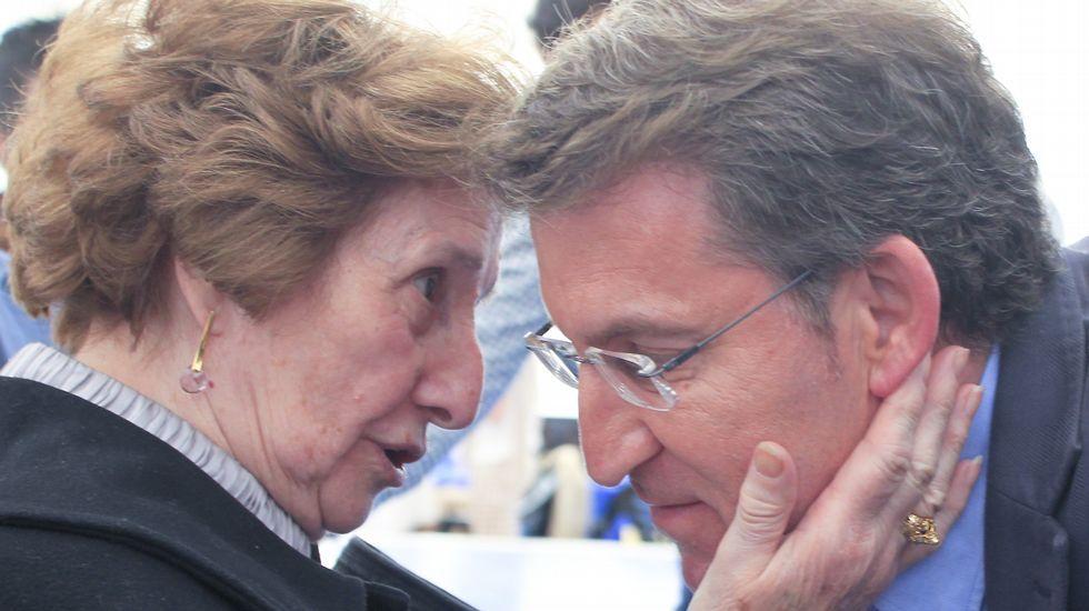 Feijoo escuchó los consejos de afiliadas al PP en una comida mitin en Narón