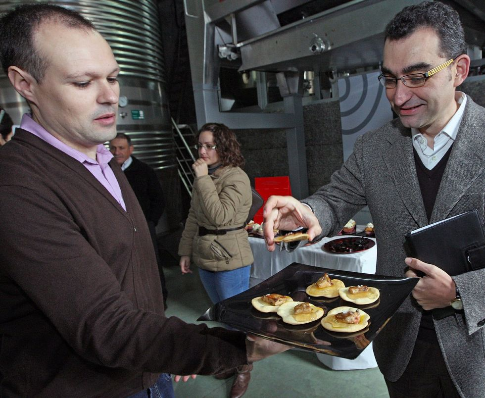 ¡A la rica filloa!.Degustación de Gelée de Baladiña en la bodega Lagar de Besada, en el municipio de Meaño.