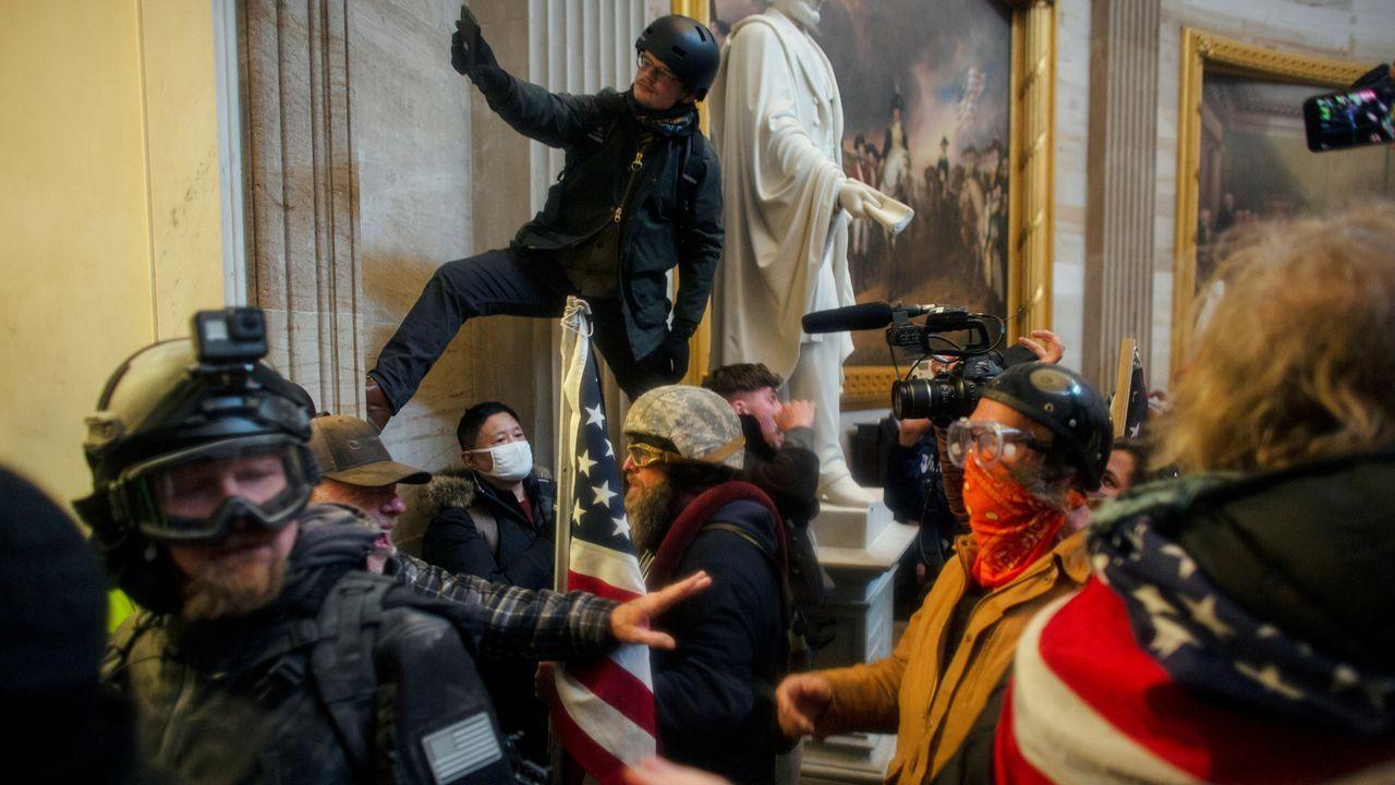 Los trumpistas camparon a sus anchas por los pasillos del Congreso