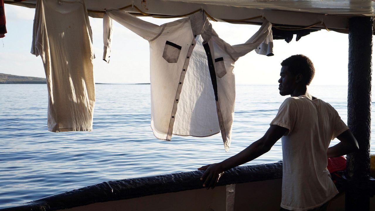 España envía un buque para recoger a los migrantes del Open Arms.Un migrante reza a primera hora de la mañana del lunes a bordo del Open Arms, fondeado frente a Lampedusa