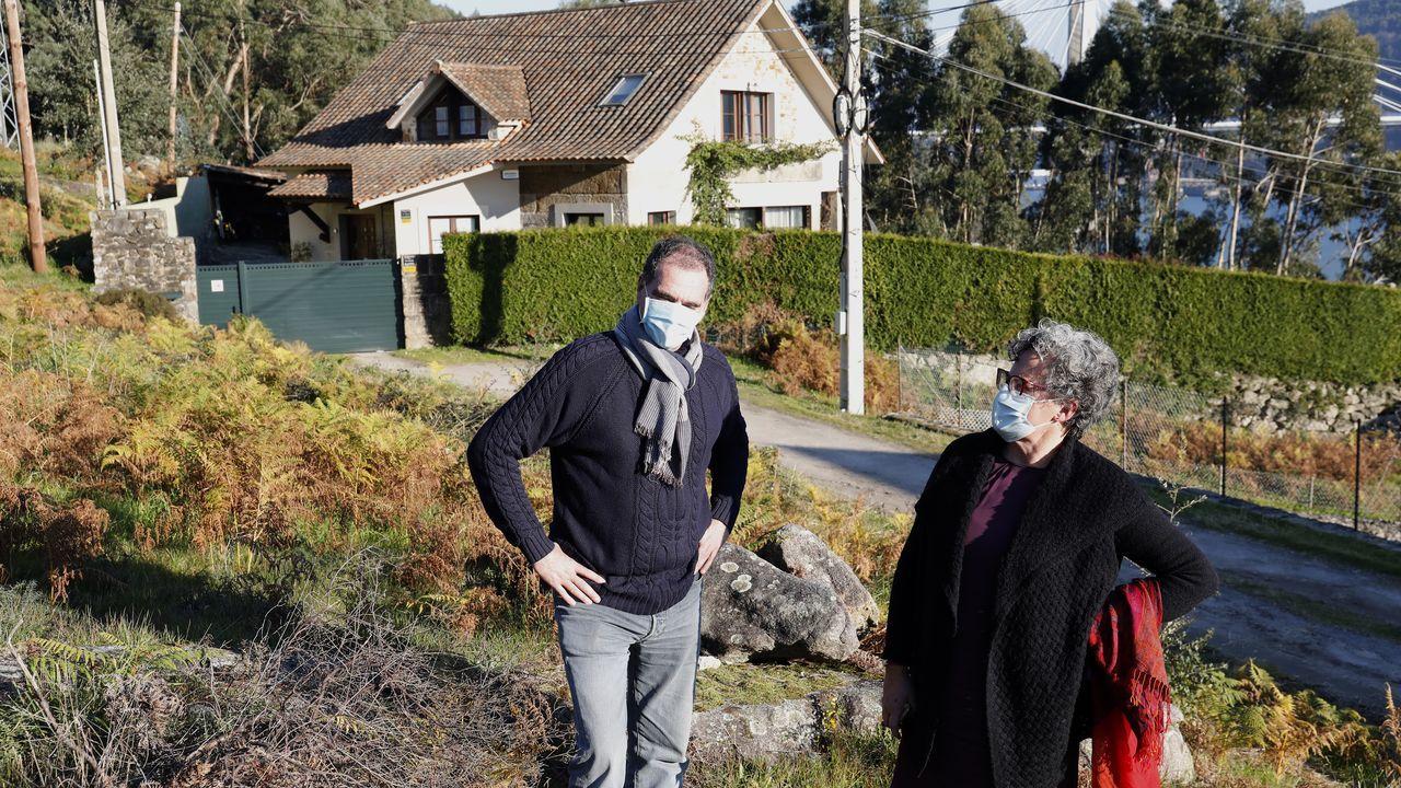 Los afectados por la okupación de la vivienda, delante de la casa de Moaña