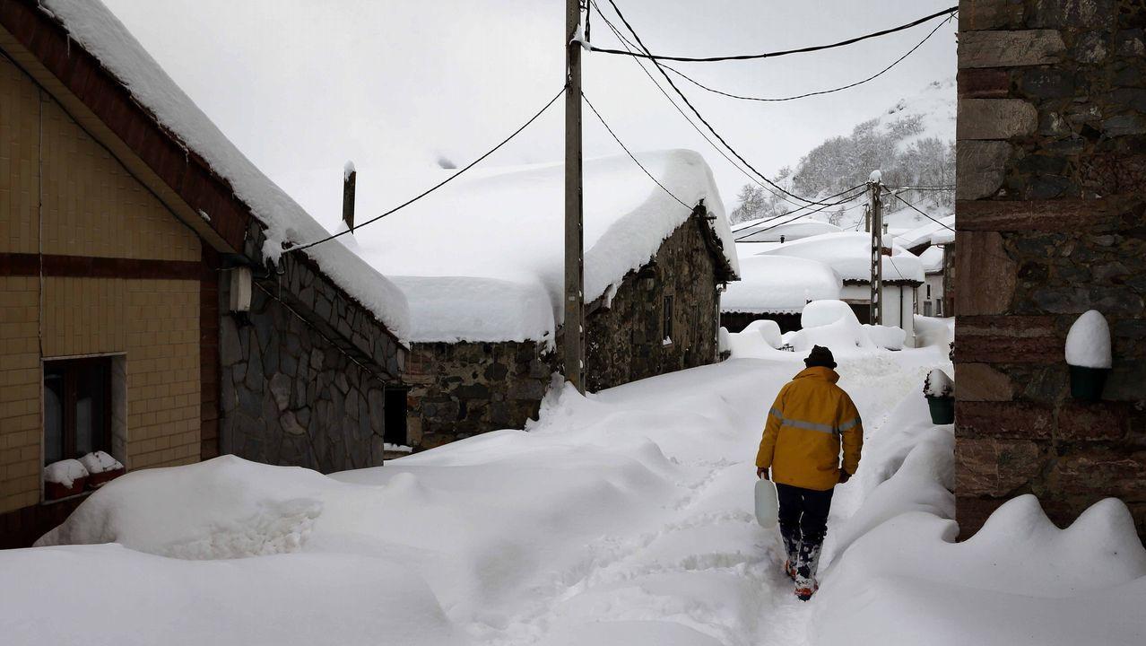 Carretera abierta alrededor de la nieve en Somiedo.Un vecino del pueblo asturiano de Pajares