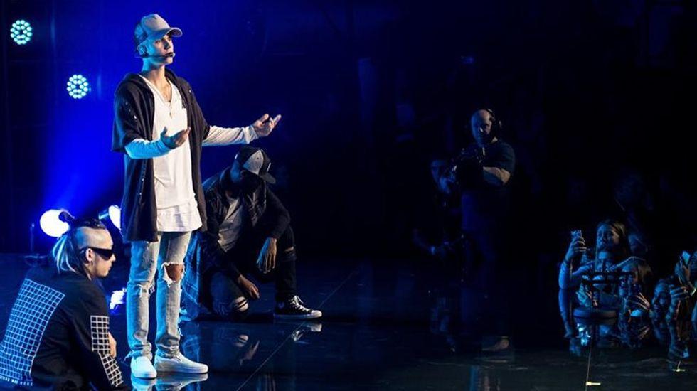 Justin Bieber tira una silla en Cannes