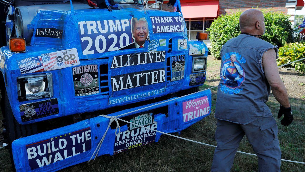 Un camionero, seguidor de Trump, con su vehículo