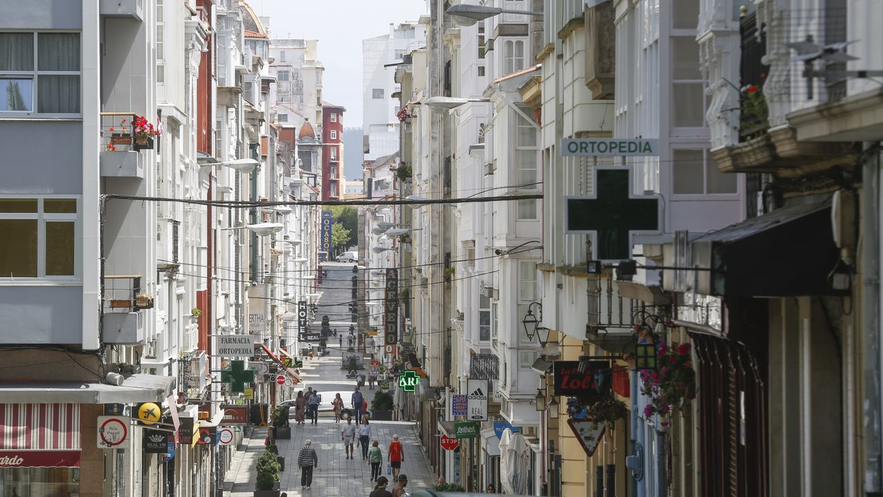 Galicia se zambulle en la fase 2: primeros chapuzones, gente en los bares y vuelta a las clases