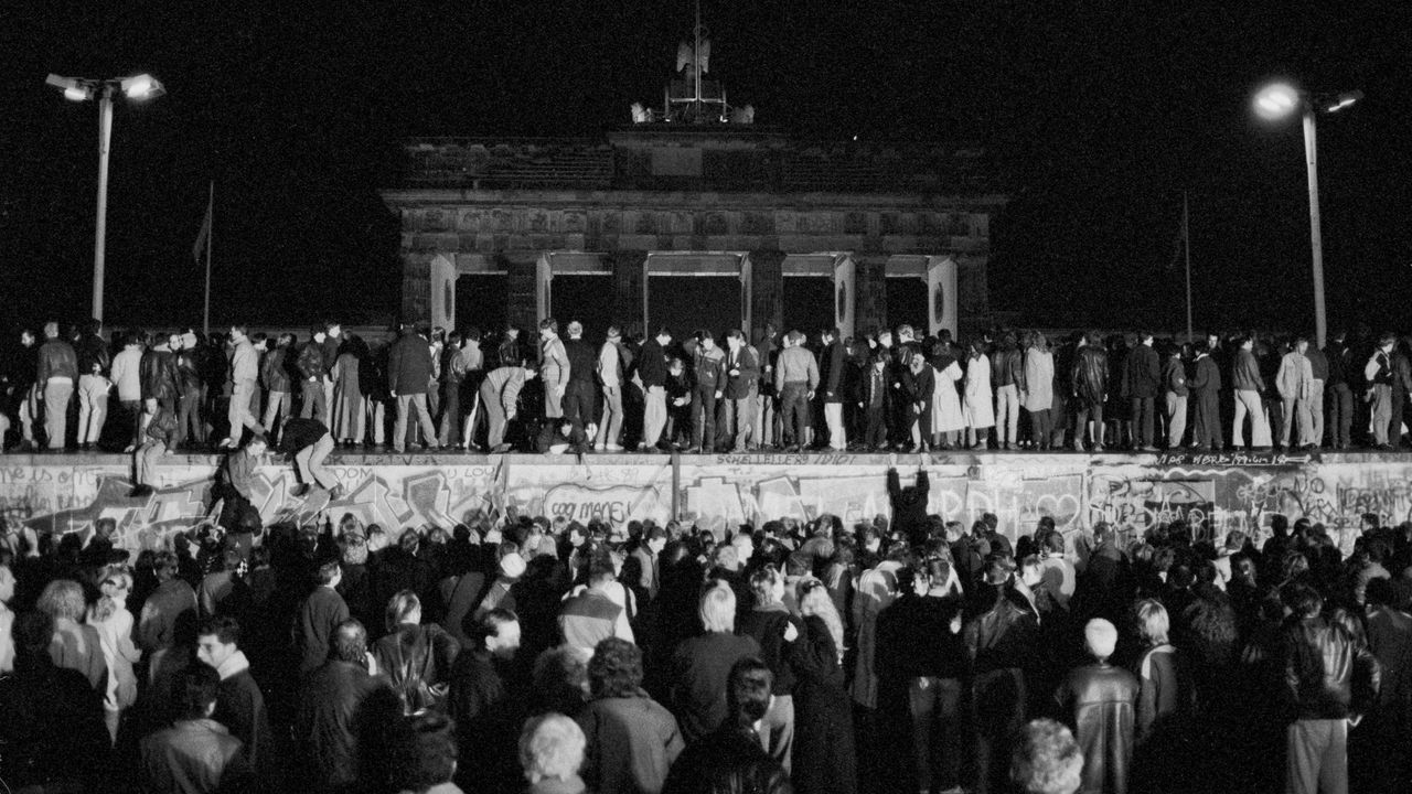 Alemanes del este y oeste celebraron la apertura de la frontera subiéndose al muro a la altura de la Puerta de Bramdemburgo