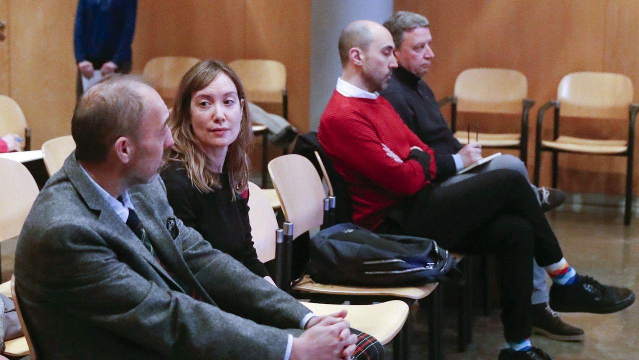 Woody Allen ya tiene competencia.El ex director general de la Fundación Niemeyer Natalio Grueso (i), es juzgado a partir de este lunes por las presuntas irregularidades cometidas al frente del complejo cultural de Avilés relacionadas con la emisión de facturas falsas o manipuladas y por las que la Fiscalía pide once años de prisión. El juicio que se celebra en la Audiencia Provincial de Oviedo y comenzará con la declaración del principal acusado, que también afronta una petición del Ministerio Público de 10 años de inhabilitación y una multa de 24.000 euros. En el banquillo de los acusados también está J.P. (d), exmujer de Natalio Grueso, a quien el fiscal imputa por su complicidad en un delito continuado de malversación por el que pide 2 años y 6 meses.
