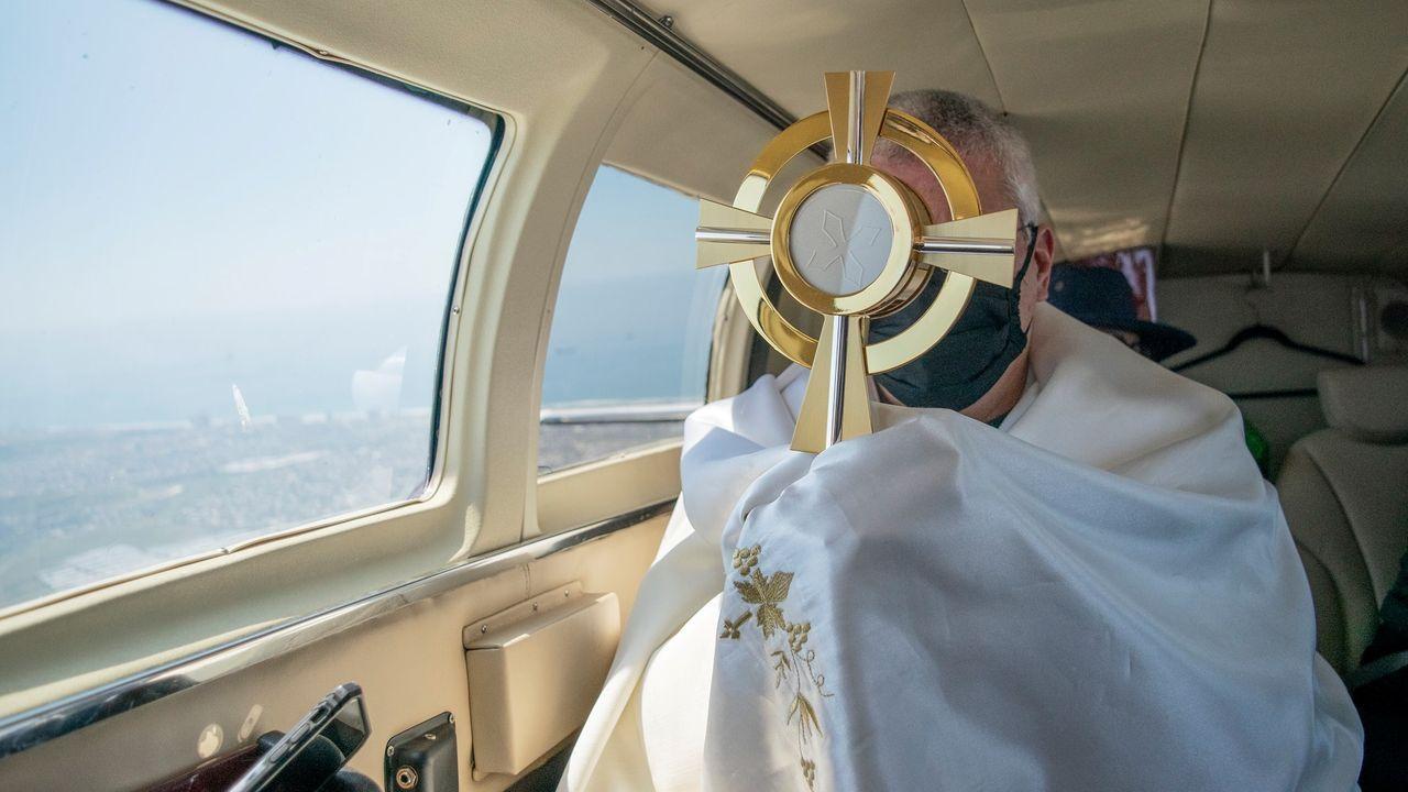 El sacerdote Jorge Zagarra bendijo la ciudad mejicana de Tijuana desde el aire