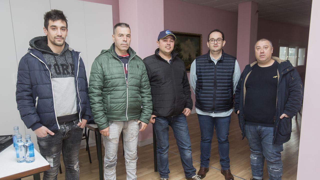 Así está la laguna de Carballo.Iván Morales, con gafas, junto a cuatro de los candidatos que ayer pasaron por Paiosaco.