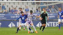 Luismi pugna por un balón con Fabbrini en un Oviedo-Valladolid