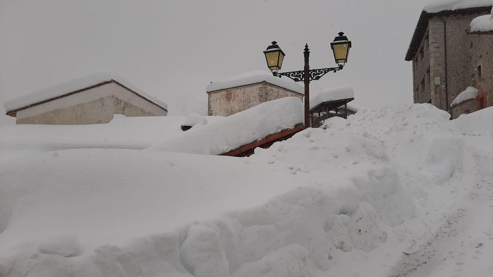 Sotres cuenta con más de metro y miedo de nieve acumulada