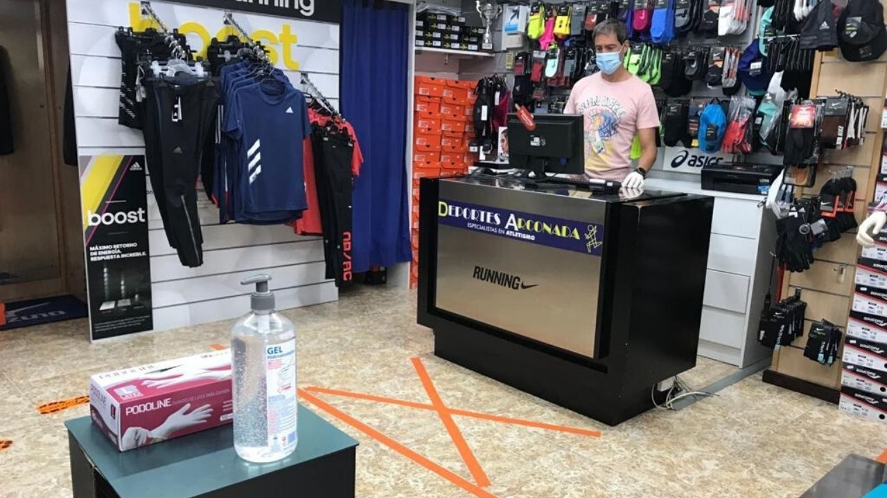 José Arconada, hoy, en el mostrador de su tienda Deportes Arconada