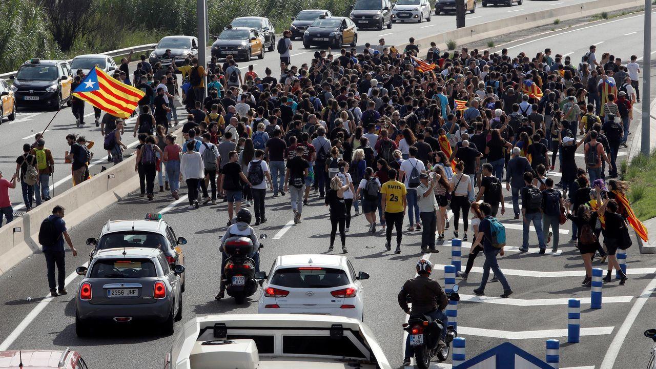 Centenares de personas cortaron la Ronda Litoral en dirección al aeropuerto de El Prat