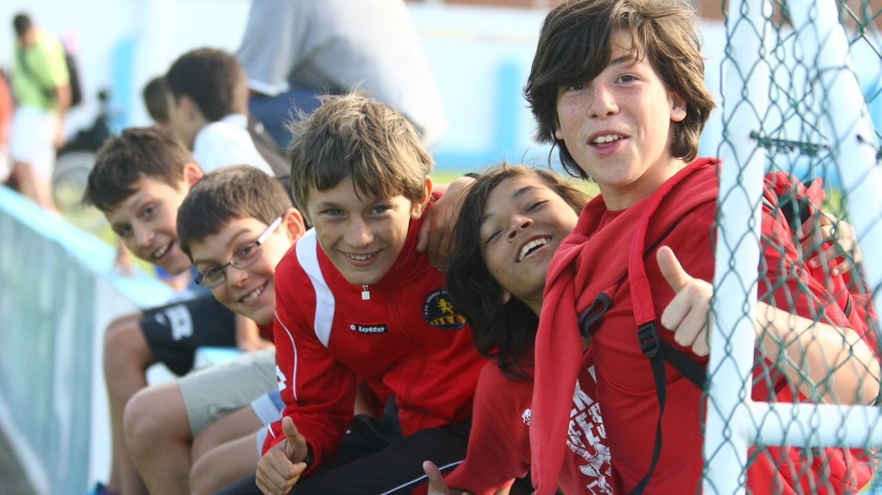 En el centro de la imagen, Rolle, durante un amistoso del Deportivo en Viveiro durante el año 2012