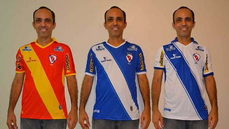 Camisetas oficiales del Galícia junto a la que homenajea a España