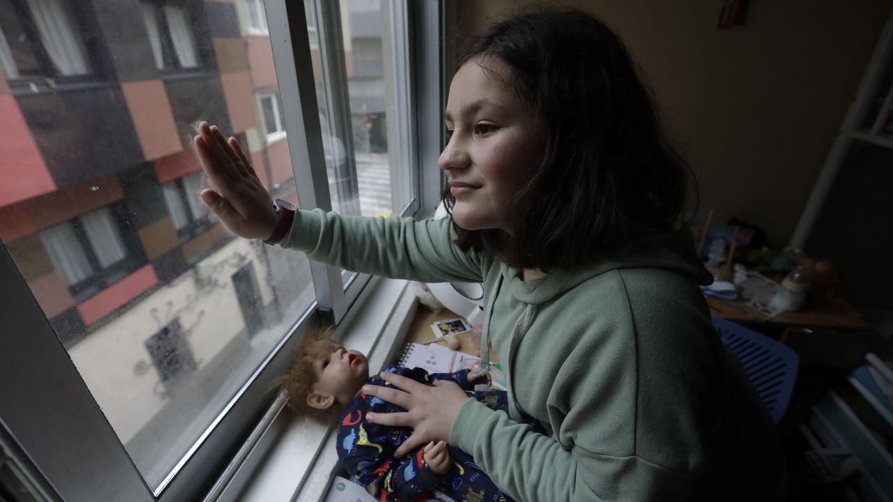 La protesta de los trabajadores de Repsol, en fotos.Laura, en la ventana desde la que saludaba a su vecino