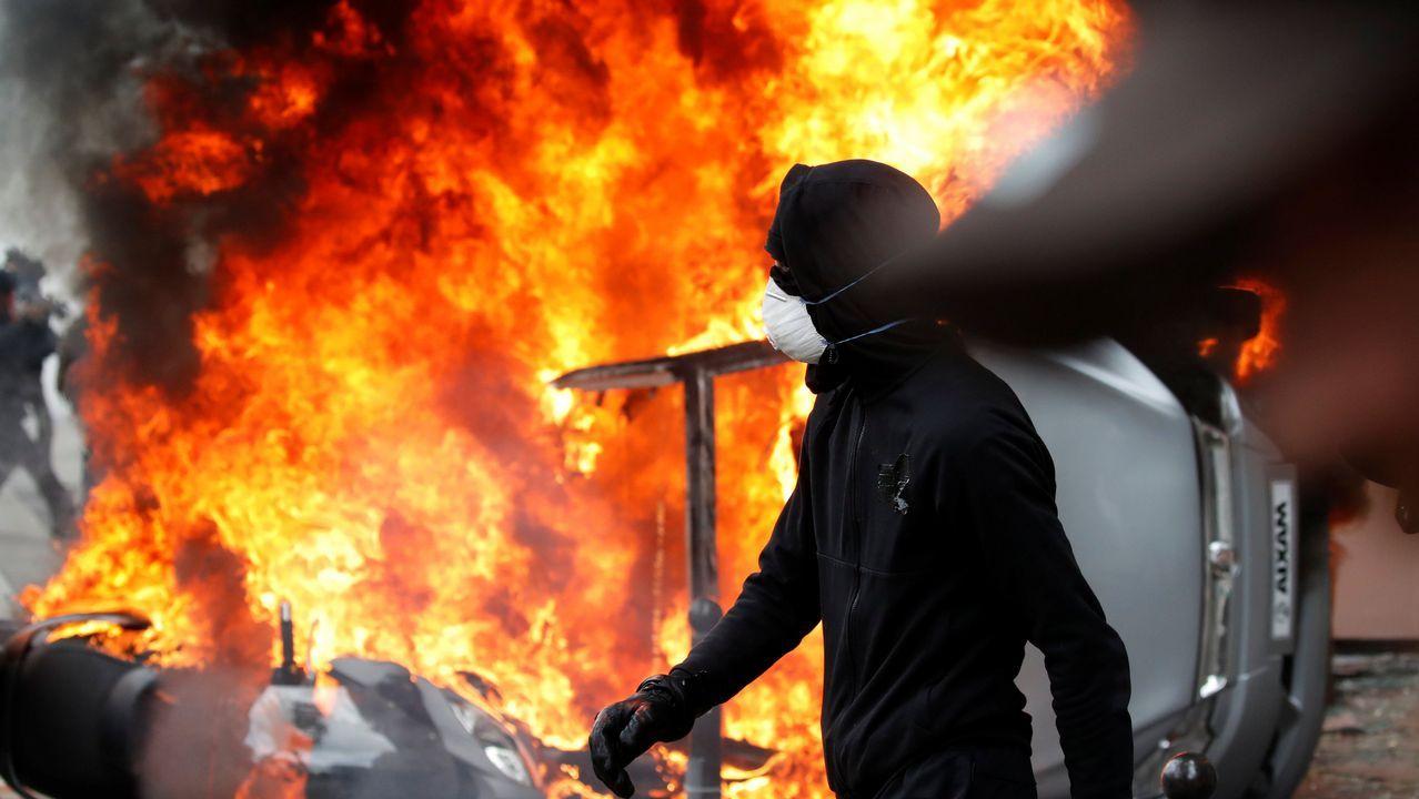 Los encapuchados de Black Bloc calcinaron unos seis vehículos en el Día del Trabajo
