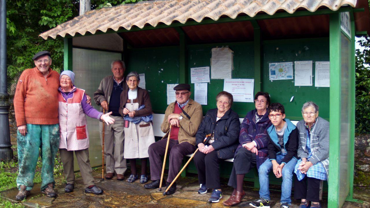 Esta imagen tomada en la aldea de Valdolide, en A Pobra de Brollón, muestra claramente la mayor virtud de las marquesinas: ser el lugar de reunión perfecto para una charla vecinal