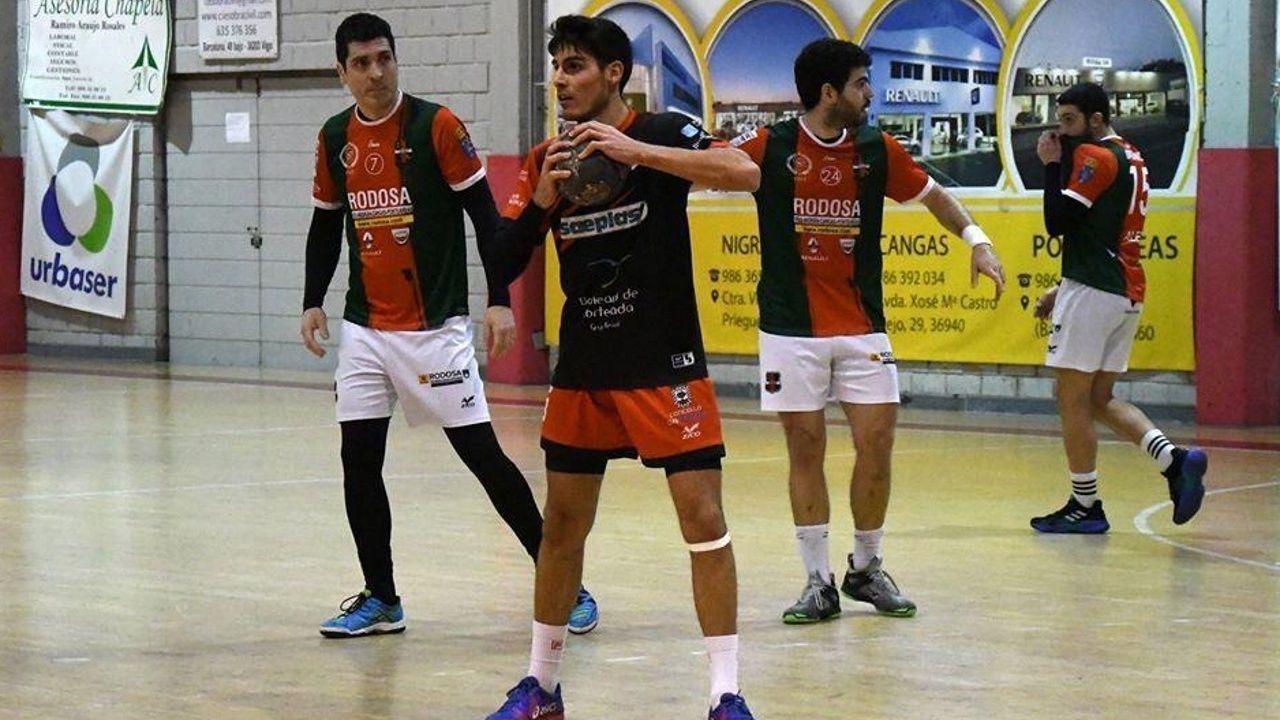Una imagen del partido entre el Teucro y el Ikasa celebrado en el Pabellón Municipal de Pontevedra