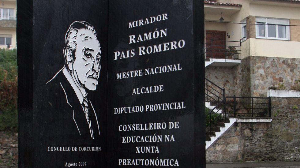 Monumento a Ramon Pais, exalcalde, en Corcubión