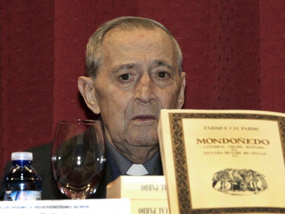Enrique Cal Pardo, ayer, en el homenaje con su última publicación.
