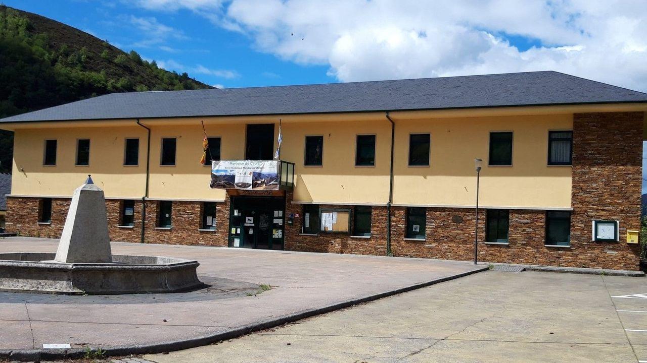 Incendio en Folgoso do Courel.El pleno del Ayuntamiento aprobó una modificación de créditos con el objetivo de poder ofrecer las ayudas. En la imagen, exterior de la casa consistorial de Folgoso do Courel
