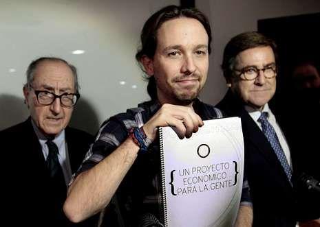 Iglesias muestra el documento elaborado por Vicenç Navarro (izquierda) y Juan Torres.