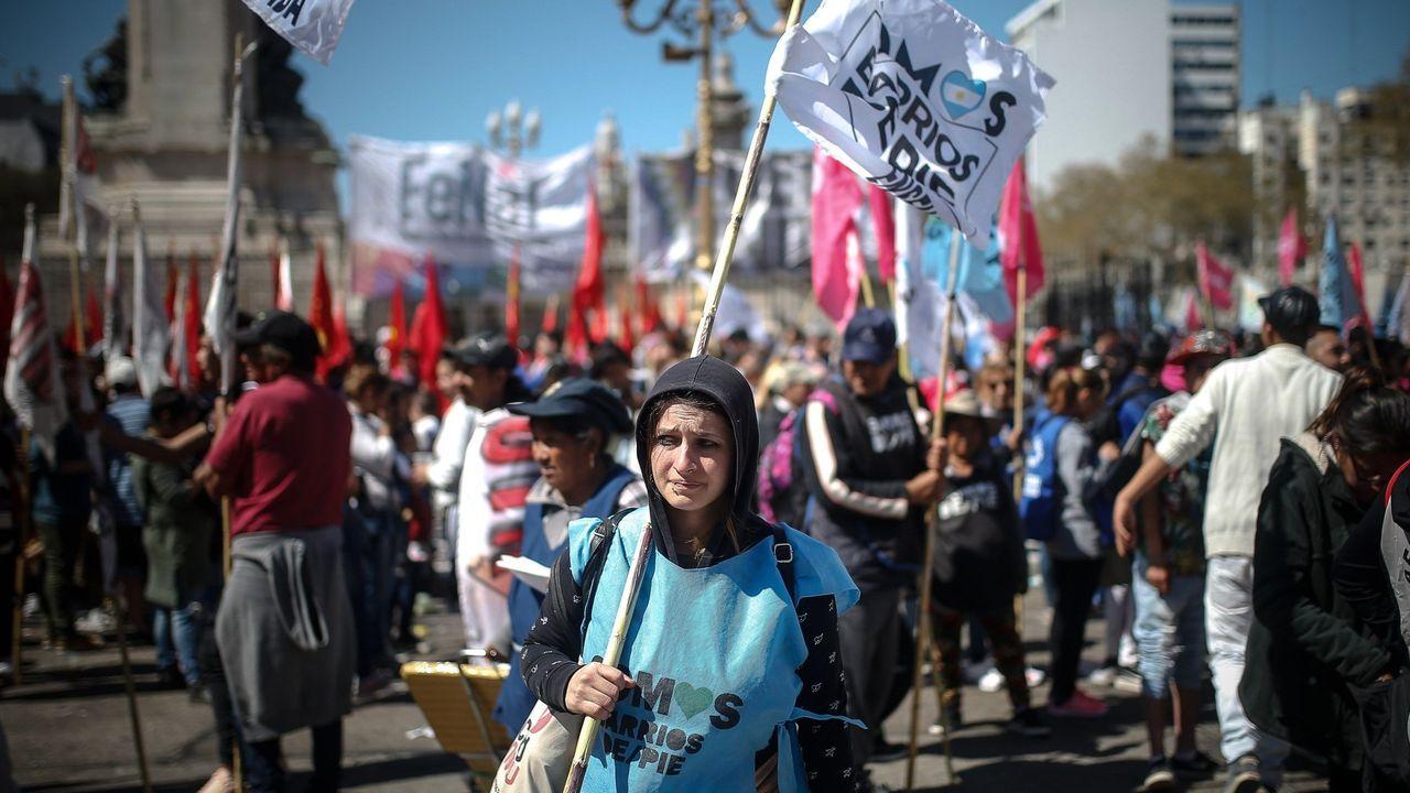 Miles de personas, convocadas por diversas organizaciones sociales, se congregan este miércoles ante el Congreso de Argentina, en Buenos Aires, para exigir que el Senado sancione un proyecto de emergencia alimentaria que ya fue aprobado por la Cámara de Diputados y que busca compensar los efectos de la crisis
