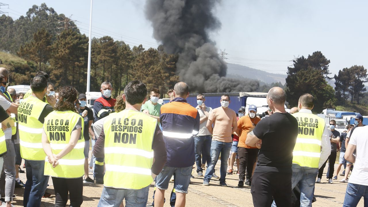 Imágenes de la primera jornada de protestas ante la fábrica de Alcoa en San Cibrao tras el anuncio de cierre de la planta de aluminio