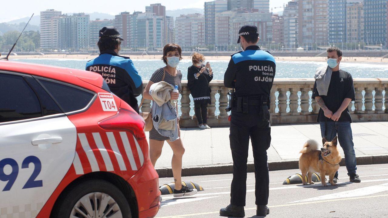 El padre Ángel y la ruta del agradecimiento.Aspecto del paseo marítimo de Gijón, este domingo, durante la fase 1 de la desescalada del confinamiento por la pandemia de covid-19.