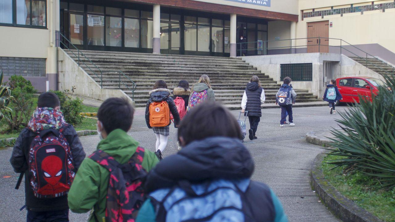 Entrada en un colegio de Ferrol con los niños guardando las distancias
