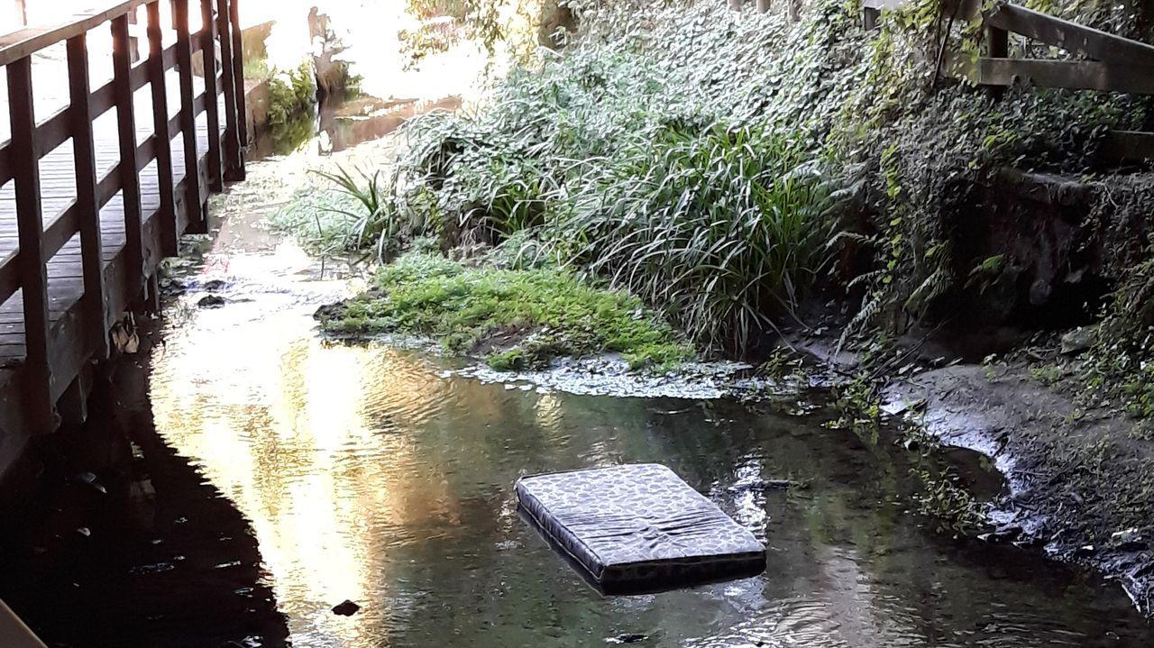 Un colchón, este miércoles, flotando en el lecho del río Gafos, a su paso por Ponte Boleira, en Pontevedra