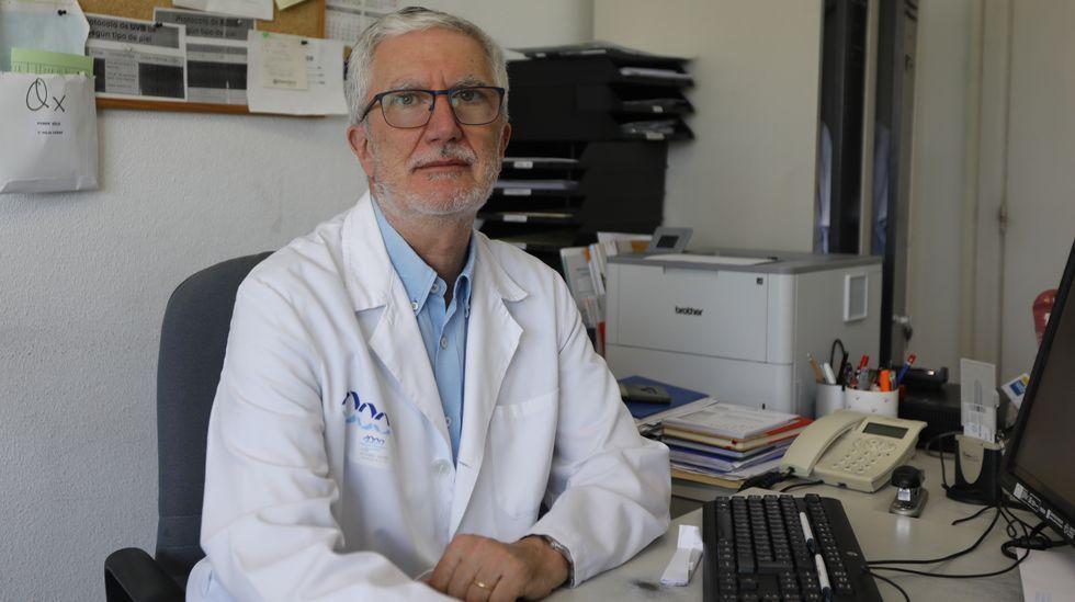 Despedida del equipo de vacunación del Paco Paz a ritmo de zumba.José Álvarez es el jefe de Dermatología del CHUO