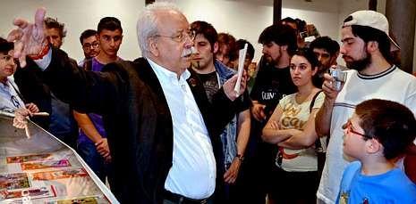 Antonio Martín cuenta la historia del manga Dragon Ball en la exposición sobre el tema.