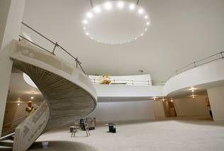 El interior del espacio expositivo del Centro Niemeyer